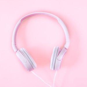 růžová sluchátka s hezkou hudbou