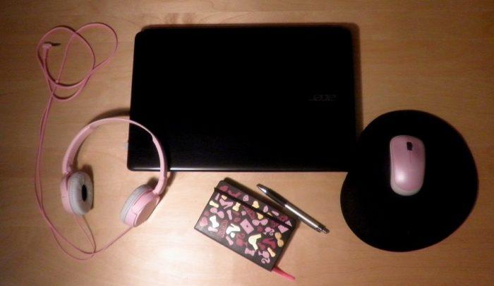 notebook, růžová sluchátka, pastelově růžová bezdrátová myš, diář